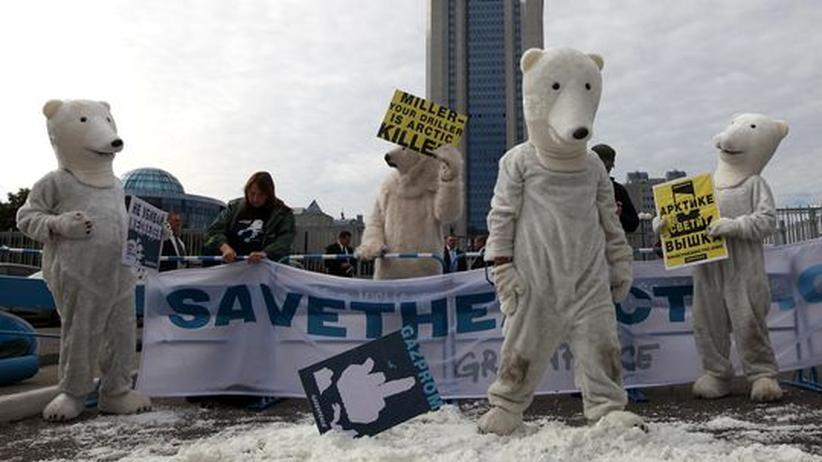 Als Eisbären verkleidete Aktivisten von Greenpeace protestierten am 5. September vor der Gazprom-Zentrale in Moskau gegen Ölbohrungen in der Arktis.
