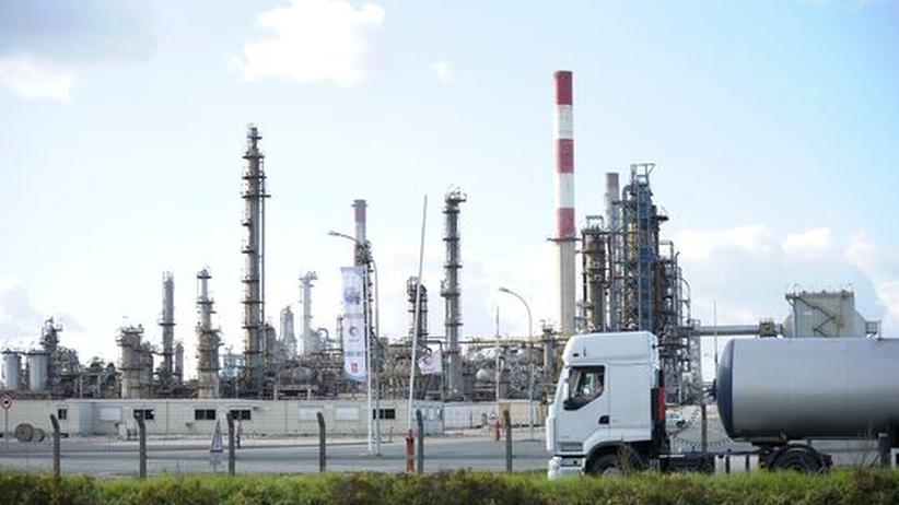 Ölförderung: Ein Tank-Lastwagen verlässt eine Ölraffinerie des französischen Total-Konzerns in den Außenbezirken von Paris (Archivbild).