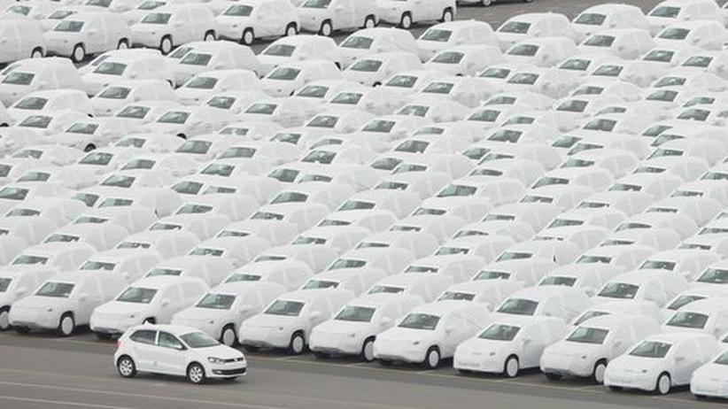 Konjunktur: Autos in Schutzhüllen im Hafen von Emden