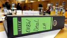 Ein Aktenordner zum Kauf von EnBW-Aktien liegt im Stuttgarter Landtag auf einem Tisch (Archivbild).