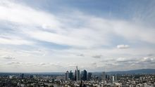 Blick auf Frankfurt mit der Banken-Skyline im Hintergrund
