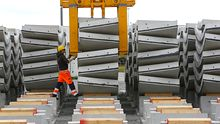 Ein Arbeiter einer Baustoff-Firma in Mecklenburg-Vorpommern