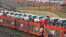 Ein Zug mit Neuwagen von VW, die für den Export bestimmt sind (Archivbild)