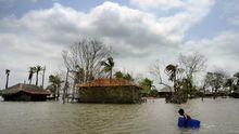 Überflutete Häuser in Bangladesch nach dem Zyklon Aila im Mai 2010 (Archivbild)