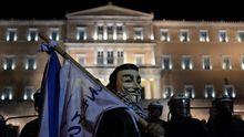 Demonstrant mit Maske vor dem griechischen Parlament