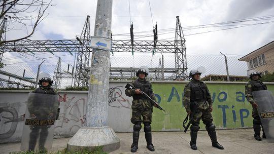 Bolivianische Soldaten bewachen ein Umspannwerk des enteigneten spanischen Stromkonzerns Electropaz in La Paz.