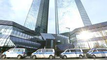 Polizeiautos vor dem Gebäude der Deutschen Bank in Frankfurt am Main