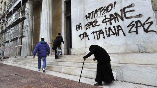 Eine Frau bettelt vor dem Gebäude der Bank von Griechenland in Athen (Archivbild).