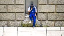 Ein Arbeiter in Berlin macht eine Pause.