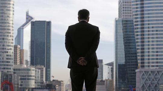 """Ein Geschäftsmann blickt von der """"Grande Arche"""" auf das Pariser Finanzviertel La Défense."""