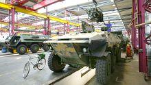 Werkshalle des Rüstungsunternehmens Rheinmetall, Reparaturarbeiten am Panzer Luchs