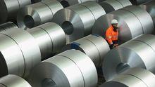 Ein ThyssenKrupp-Mitarbeiter im Stahlwerk Duisburg (Archiv)