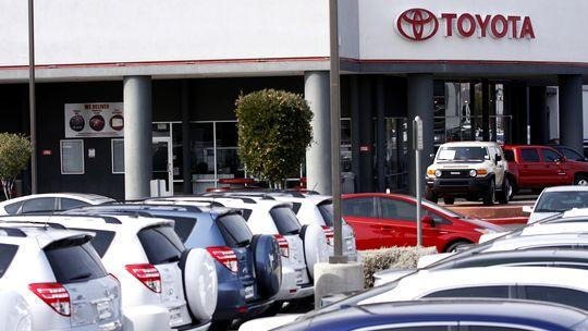 Autos von Toyota auf einem Parkplatz