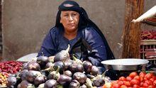Eine Gemüseverkäuferin in Kairo