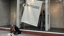 Bittsteller vor Geschäft in der Athener Innenstadt