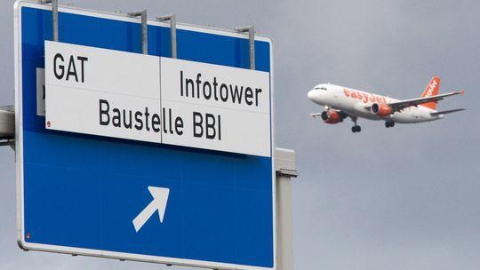 Verkehrsschild in der Nähe der Flughafenbaustelle