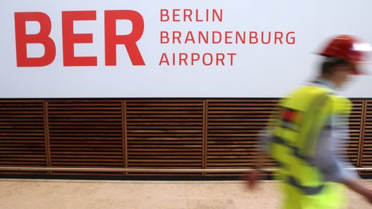Ein Arbeiter auf der Baustelle des künftigen Hauptstadtflughafens Willy Brandt Berlin Brandenburg