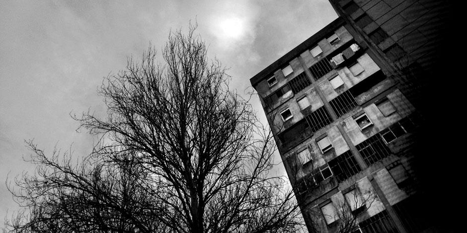 Ansicht eines Wohnblocks, grau in grau