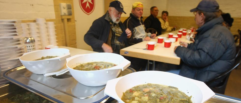 Besucher einer Suppenküche des Malteser Hilfsdienstes in Berlin (Archivbild)