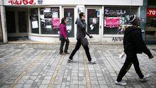 Passanten vor einem geschlossenen Ladengeschäft in Nikosia im Dezember 2012