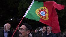 Ein Mann demonstriert in Portugal gegen die Sparmaßnahmen.
