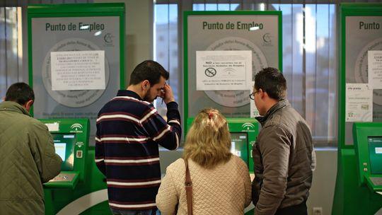Spanier auf Jobsuche in einer staatlichen Arbeitsagentur in Dos Hermanas (Andalusien)