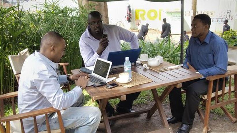 Afrika: In einem Café in Kampala arbeiten drei Männer an ihren Laptops (Archivbild)