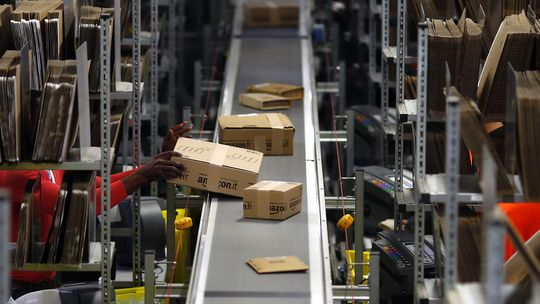 Ein Amazon-Logistikzentrum in Graben bei Augsburg