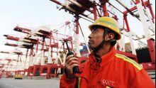 Ein Mitarbeiter überwacht die Fracht im Hafen von Qingdao im Nordosten Chinas.