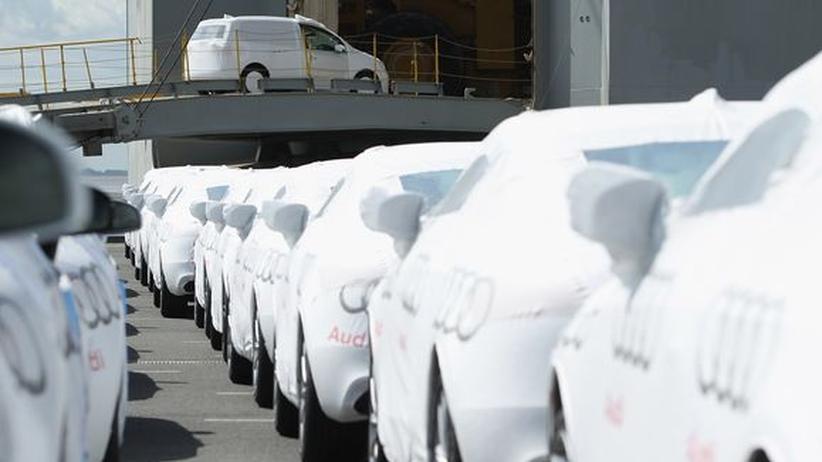 Autos der Marke Audi werden in der Nordseestadt Emden für den Export verladen.