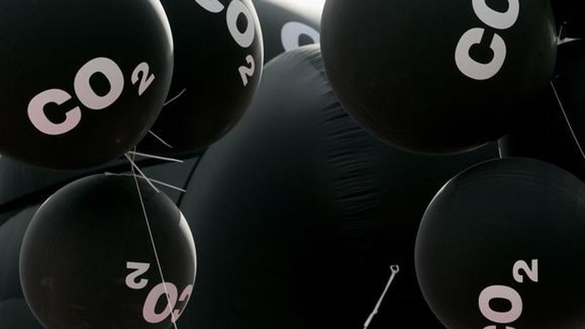 Energiewende: Schwarze Ballons als Protest gegen Emissionen: Im September 2007 protestierte Greenpeace damit auf der Automesse in Frankfurt