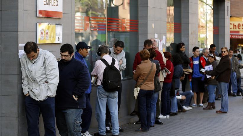 Beschäftigung: Arbeitssuchende warten vor einem Arbeitsamt in Madrid