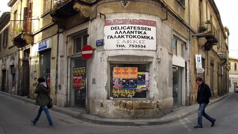 Wirtschaftskrise: Passanten vor geschlossenen Läden in der Altstadt von Nikosia