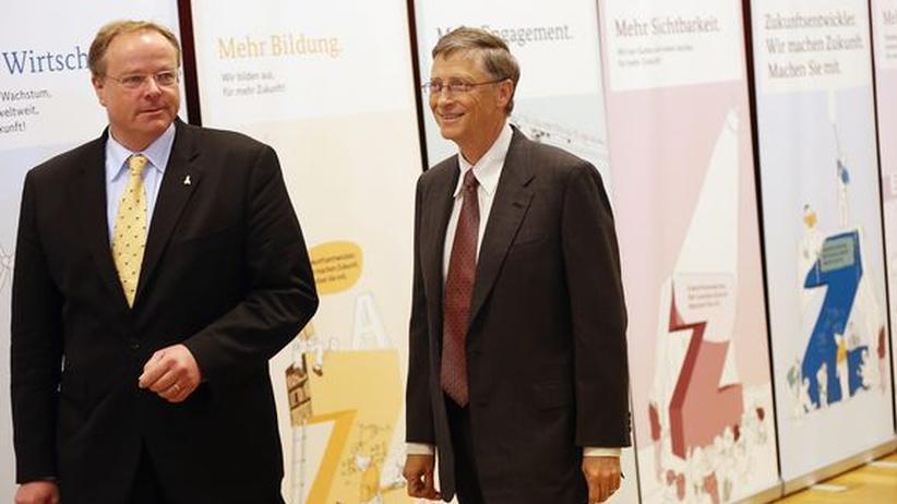 Entwicklungspolitik: Umstrittene Kooperation: Minister Dirk Niebel und Microsoft-Gründer Bill Gates vor ihrer gemeinsamen Pressekonferenz am 29. Januar 2013 in Berlin