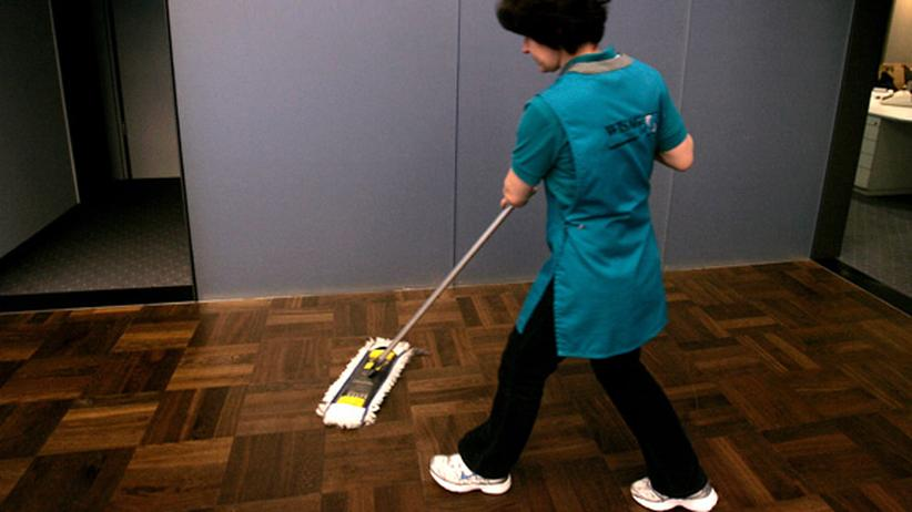 Arbeitsmarkt: Eine Putzfrau bei der Arbeit