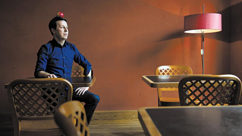 Was bewegt Daniel Häni?: Wie bei Wilhelm Tell: Daniel Häni in seinem Café in Basel