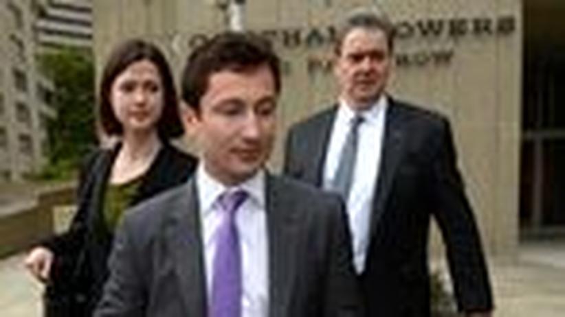 """Fabrice Tourre: Der """"Fabelhafte Fab"""", Fabrice Tourre, mit seinen Anwälten am Gericht in Manhattan"""