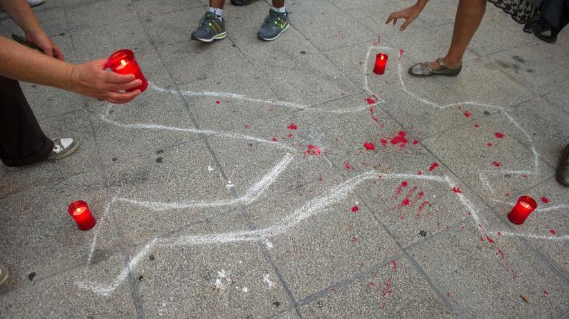 Studie: Mahnwache in Madrid nach dem Suizid einer Frau, die einen Räumungsbescheid für ihre Wohnung erhalten hatte.