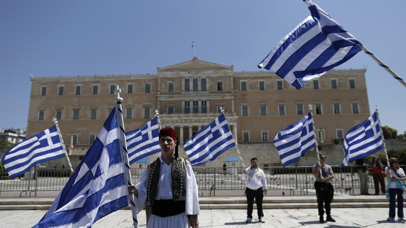 Traditionell gekleidete Griechen protestieren in Athen gegen das Sparprogramm (Archivbild)
