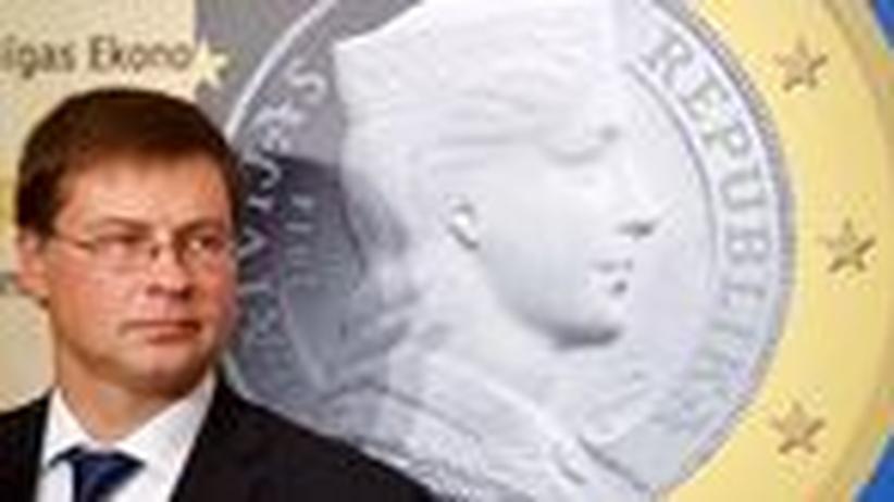 Lettland: Der lettische Ministerpräsident Valdis Dombrovskis vor dem Bild einer lettischen Euro-Münze