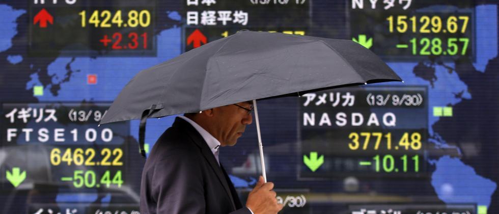 Ein Fußgänger in Tokio