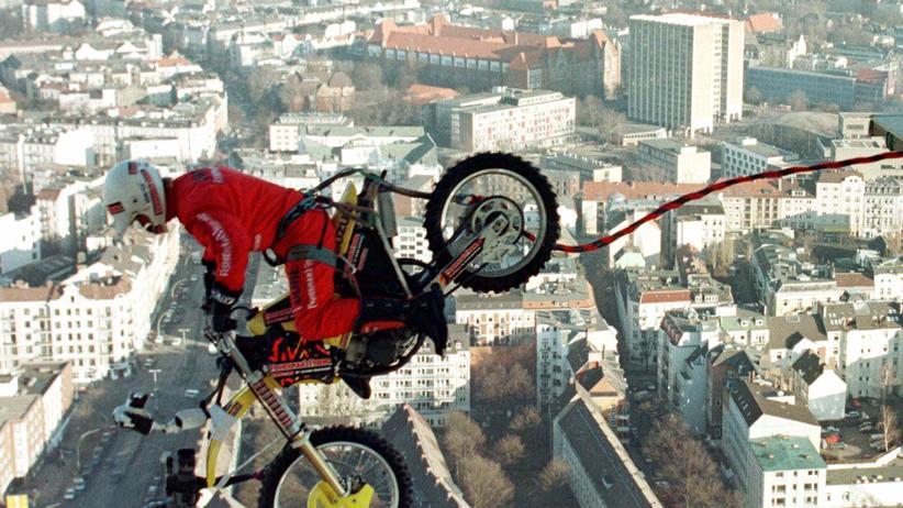 Jochen Schweizer: Bungee-Sprung mit Motorrad: Im Januar 1997 sprang Jochen Schweizer vom Hamburger Fernsehturm.