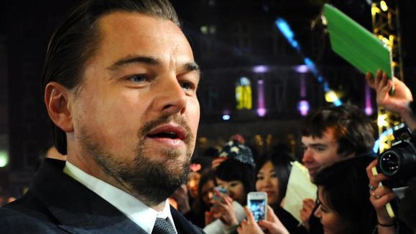 """""""The Wolf of Wall Street"""": Leonardo DiCaprio gibt Autogramme anlässlich der Londoner Premiere des Films."""