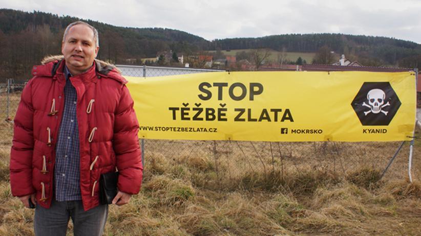 Tschechien: Jiri Bendl vor einem Protestplakat gegen Goldabbau.
