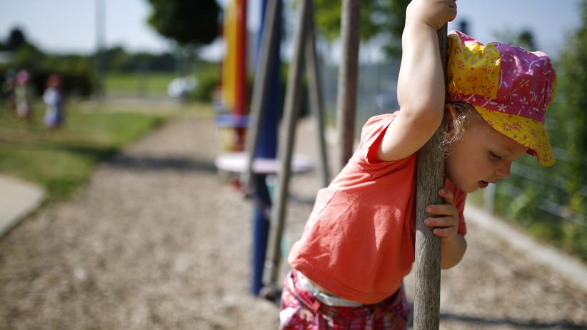 Ein Kind spielt auf einem Spielplatz