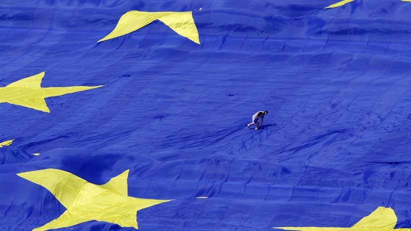 EU-Flagge vor dem Parlament in Rumänien