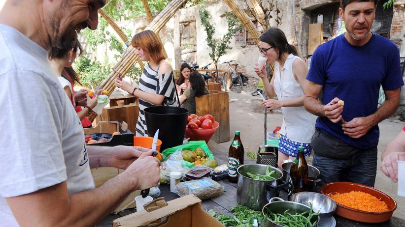 """Lebensmittel: Sie holen Essen aus dem Müll und kochen daraus Gratis-Mahlzeiten für die Nachbarn: Aktivisten der """"Comida Basura""""- (wörtlich: """"Junk-Food""""-)Bewegung in Madrid (Archivbild)."""
