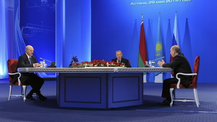 Eurasische Wirtschaftsunion: Wladimir Putin (r), der kasachische Präsident Nursultan Nasarbajew and der Präsident von Weißrussland, Alexander Lukaschenko