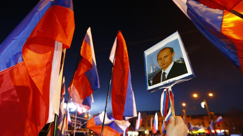Sanktionen gegen Russland: Der russische Präsident Wladimir Putin wird auf der Krim gefeiert