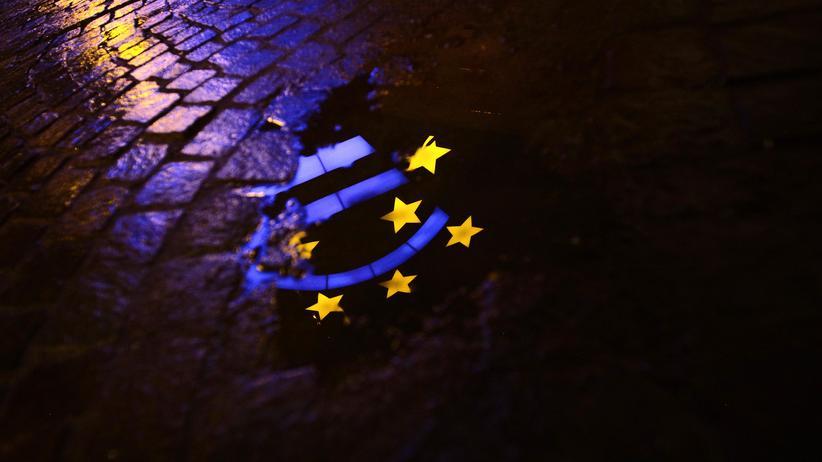 Das Logo der EZB spiegelt sich in einer Pfütze